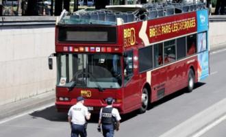 В Париже двухэтажный автобус с открытой крышей задел свод моста, есть пострадавшие