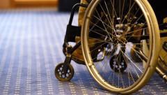 В Японии инвалиду пришлось ползком подниматься на борт самолета