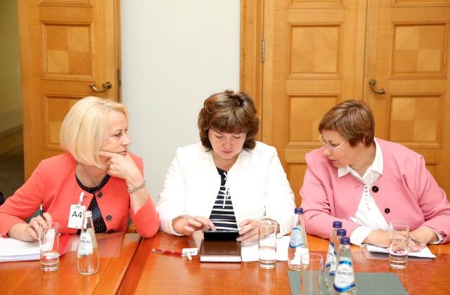Представители ассоциаций семейных врачей Лига Козловска, Сандра Гинтере и Сармите Вейде на встрече с премьером