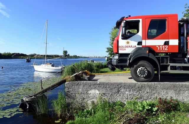 В Риге 12 человек пострадали при пожаре на яхте