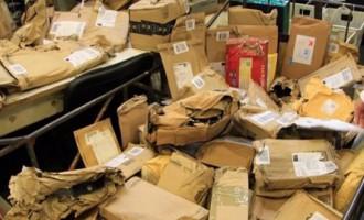 Latvijas Pasts получили 63 мешка с испорченными посылками из Великобритании