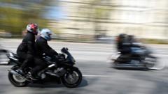 В Лиепае «сцепились» мотоциклист и женщина-пешеход; пришлось вызывать «Скорую»