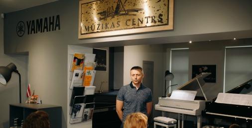 Гинтс Добберманс, представитель Yamaha, рассказал об инструменте, который привозят из Польши