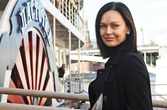 Помолодевшая Ирина Безрукова после развода впервый раз вышла всвет ссексуальным кавалером