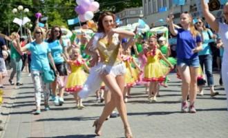 Маршрут на выходные: Шляпки взморья, праздник Юрмалы и наряды невест на улице Авоту