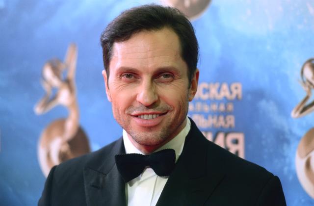 Александр Ревва появился наоткрытии «Кинотавра» вженском одеяние