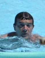 Ах, какой мужчина! Антонио Бандерас отдохнул с подружкой у бассейна