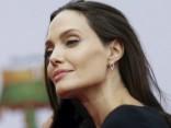 Анджелина Джоли обнажила новую грудь