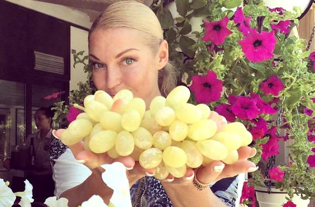 Анастасия Волочкова без трусов показала шпагат
