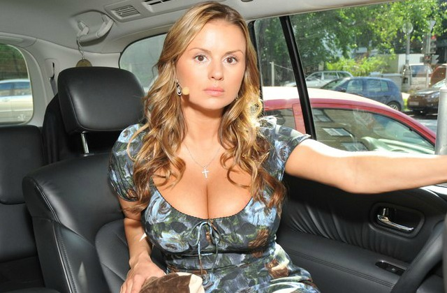 Анна Семенович всоблазнительном одеяние восхитила пышными формами