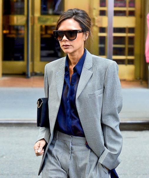 Виктория Бекхэм в сером брючном костюме спешит по делам в Нью-Йорке