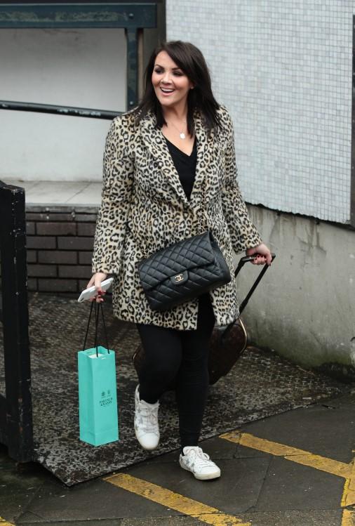 Актриса, певица, телеперсона и радиоведущая Мартина Маккатчен выходит из студии ITV в Лондоне
