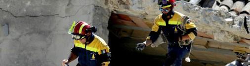 Спасатели нашли под завалами мертвую девочку, а под ней - чудо!