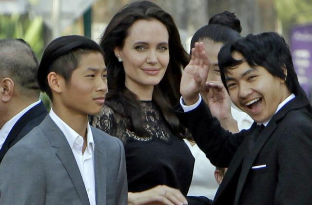 Анджелина Джоли с детьми в Камбодже (Мэдокс справа)