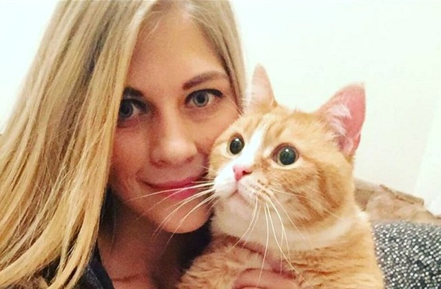Занда Индриксоне с одним из своих котиков