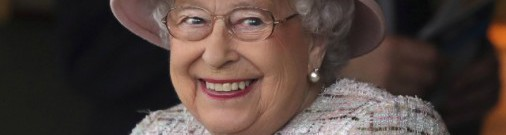 Вот это да! 91-летняя Елизавета II «примерила» вещи Рианны