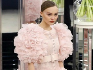 Лицо Chanel Лили-Роуз Депп на показе в Париже